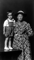 http://www.bernalespacio.com/files/gimgs/th-47_Mike Disfarmer Edna Verser Cothren and Grandson Jerry Cothren, from the Heber Springs Portraits 1943.jpg