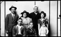 http://www.bernalespacio.com/files/gimgs/th-47_Mike Disfarmer Festus and Violet Pettus with Walter Pettus and wife Thelma (backrow), Wendell, Marion and Joann (front row) 1945.jpg