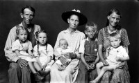 http://www.bernalespacio.com/files/gimgs/th-47_Mike Disfarmer George and Ethel Gage with his mother Ida (center) and children Loretta, Ida, Ivory, Jessie and Leon; From the Heber Springs Portraits c_1939-46.jpg