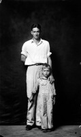 http://www.bernalespacio.com/files/gimgs/th-47_ike Disfamer Dean Crawford and Son, from the Heber Springs Portraits, 1939-46.jpg