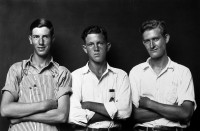 http://www.bernalespacio.com/files/gimgs/th-47_ike Disfarmer Untitled, (Three young men arms crossed one in overalls two in white collered shirts), 1939-46.jpg