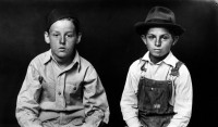 http://www.bernalespacio.com/files/gimgs/th-47_ike Disfrmer Two Young Boys, One in Overalls, 1939-46.jpg